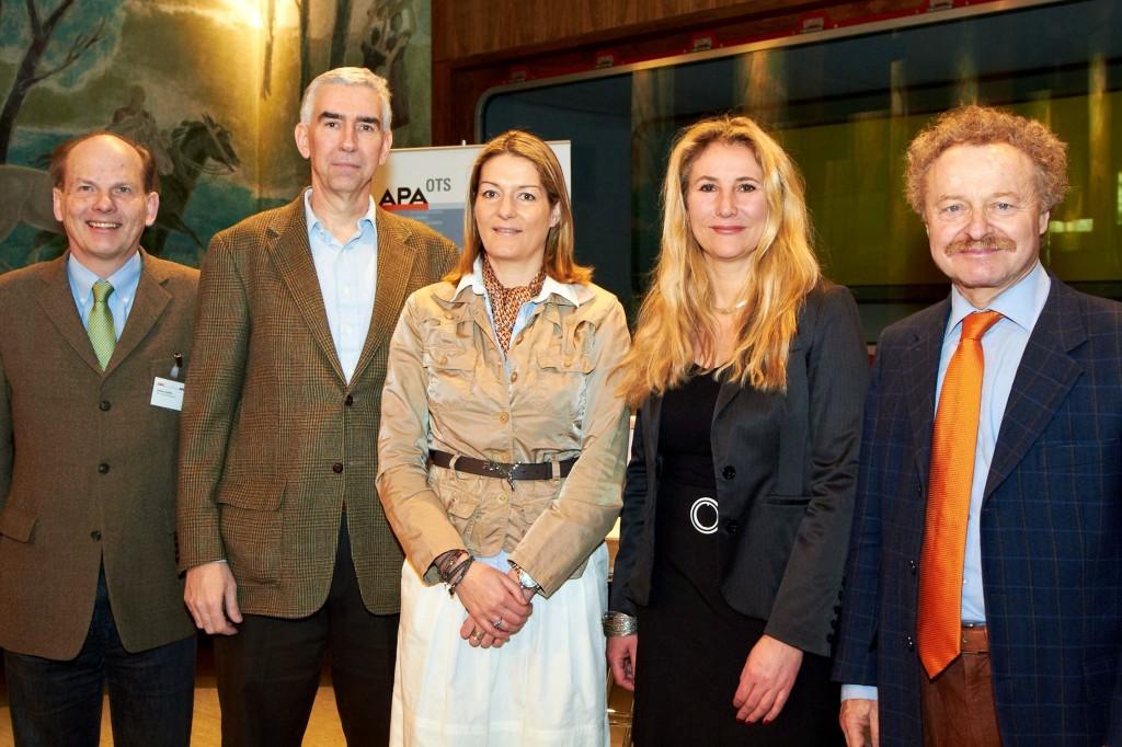 Am Podium diskutierten (im Bild v.l.n.r.: Im Bild v.l.n.r.: Ambros Kindel, Leiter der Außenpolitik der APA - Austria Presse Agentur; Michael Shields, Büroleiter)